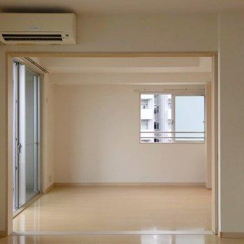 エアコンはこちら側。洋室とは引き戸で仕切れます。(※写真は9階の同間取り別部屋のものです)