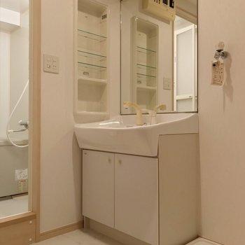 どっしり洗面台で朝の支度もラクラク!(※写真は9階の同間取り別部屋のものです)