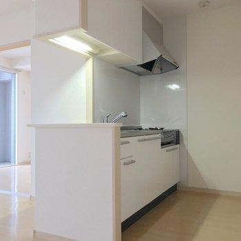 白で清潔感たっぷりのキッチン。(※写真は9階の同間取り別部屋のものです)