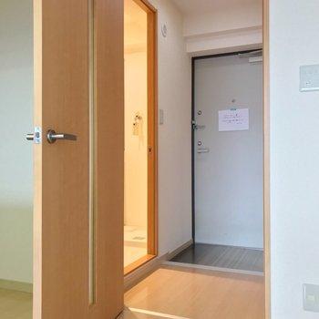 玄関近くに脱衣所。向かいにトイレがあります。(※写真は9階の同間取り別部屋のものです)