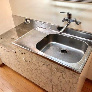 サーモ水栓で使いやすいキッチン!コンロは持ち込みです。