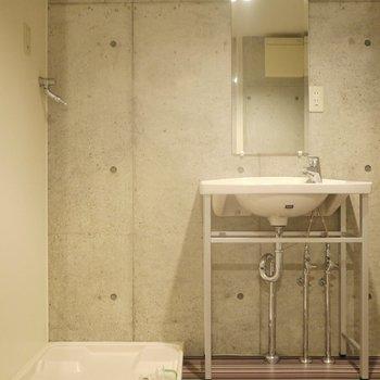 シャープな洗面。※写真は同タイプの別室
