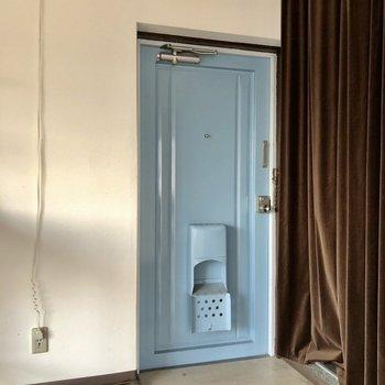 水色の玄関ドアがアクセント。シューズボックスはお好きなものを持ち込んで!