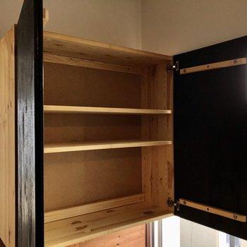 キッチン後ろにはちょっとした棚付き。食器棚にしてもいいな〜!