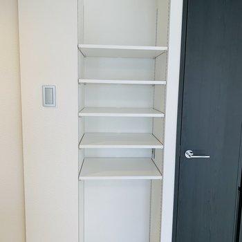 キッチン背面にも可動棚、下部分にゴミ箱を置いたり、棚には可愛いパスタの瓶詰めでレイアウト