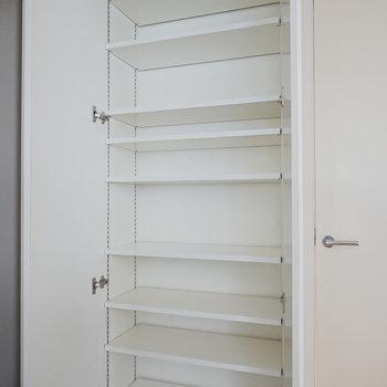 天井まで高さのある靴箱。可変式の棚で大きさのある靴も収納可能。