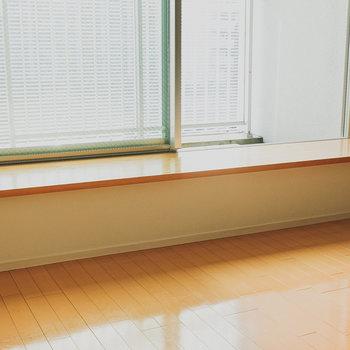 窓との間のスペースにはインテリアグリーンを置いて。