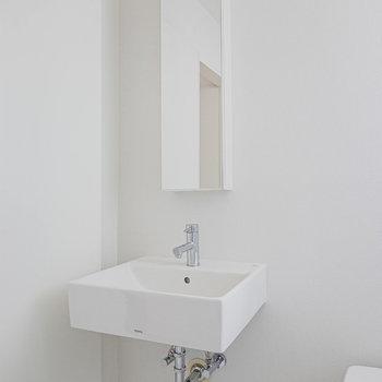 洗練されたデザインの洗面台。自分の身なりも洗練されそう。