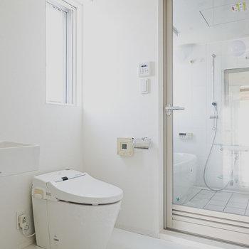 真っ白でホテルライクなユーティリティ。タンクレストイレはウォシュレット付き。