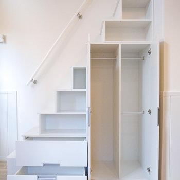 【LDK】収納を兼ねた階段です!お洋服はクローゼットと引き出しがいいですね。
