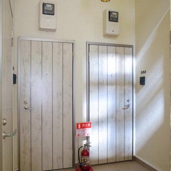 【共用部】オートロックを抜けるとすぐにドアがあります。