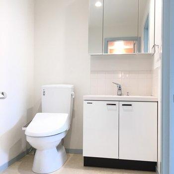 トイレと独立洗面台も綺麗です。