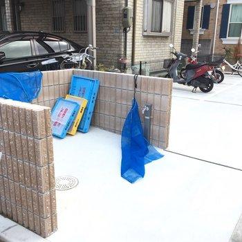 ゴミ捨て場と駐輪場もあります。