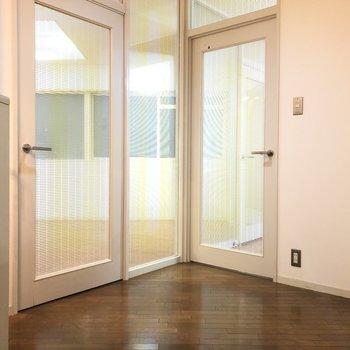 玄関を開けると…透けてるドアー!