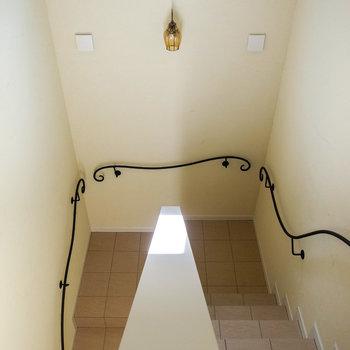 【共用部】蔦のような階段の手すり!帰宅したときの疲れも吹っ飛びそう。