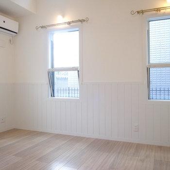 【LDK】壁の白さとはまたちがう風合いの白い腰板が、さりげないアクセントに。(※写真は1階の別室です。)