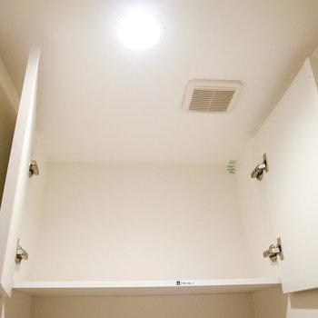 頭上に容量の大きい棚がついてます。(※写真は1階の別室です。)