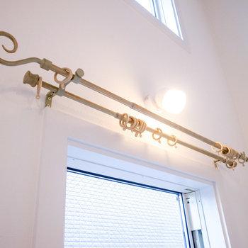 【LDK】このヨーロピアンなカーテンレールがいい!金色が華やかです。(※写真は1階の別室です。)