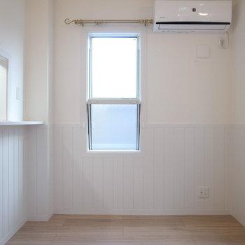 【LDK】階段側から。広さはコンパクトなので、大きすぎない家具がおすすめ。(※写真は1階の別室です。)