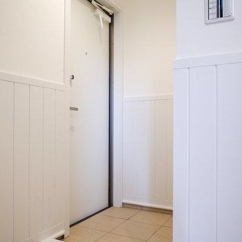 玄関はコンパクト。(※写真は1階の別室です。)