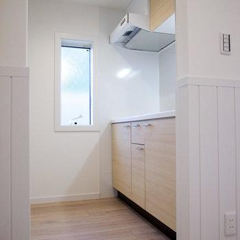 キッチンスペースも動きやすいです。キッチン向かいに冷蔵庫置き場があります。(※写真は1階の別室です。)