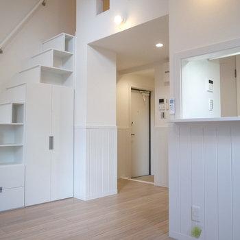 【LDK】玄関とのあいだに目隠しはないので、お好みのファブリックなどで仕切ってみても!(※写真は1階の別室です。)