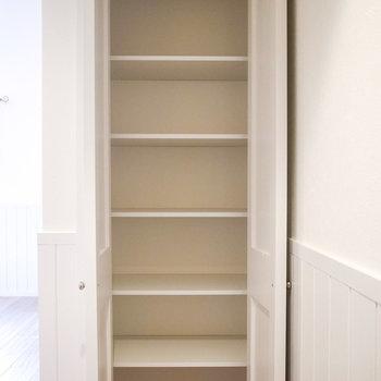 シューズボックスは、お部屋に入って右手にあります。(※写真は1階の別室です。)
