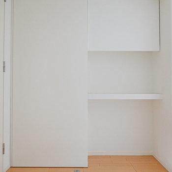 玄関スペースにはフリースペースも。左は引き戸になっていて…(※写真は同間取りの別部屋です。)