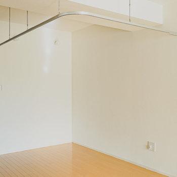 カーテンレールで仕切れるスペースも。収納やデスクスペース、寝室として。(※写真は同間取りの別部屋です。)