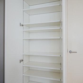 天井まで高さのある靴箱。可変式の棚で大きさのある靴も収納可能。(※写真は同間取りの別部屋です。)