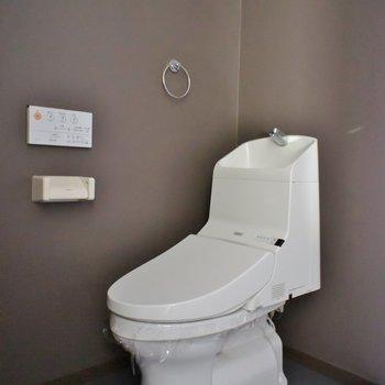 おトイレは同室。※写真は類似のお部屋のもの