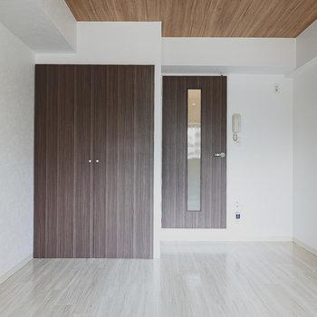 約8帖の洋室。フローリングも天井も扉もシックな木目調で大人なインテリアに合わせやすそう!