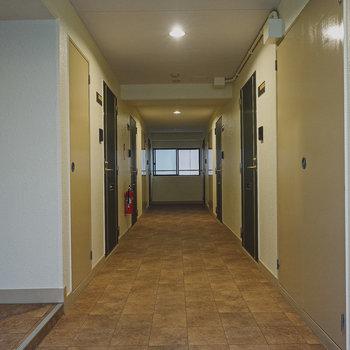 玄関前の共用部。エレベーターを出て左手にお部屋はあります。