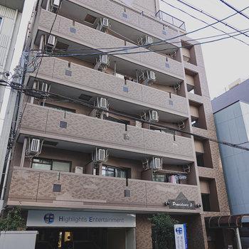 大通りの裏手にあるマンションです。エントランスすぐ横に駐輪場がありますね。