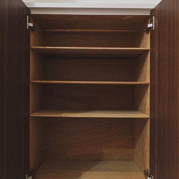 靴箱の中はシンプルですが、ブーツなどの高さのあるものも収納できそうです。