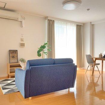 【LDK】後ろ側から。ソファの横にはカフェテーブル。空間の使い方が上手です◯