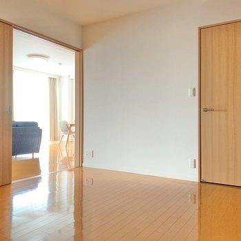【洋室7.0帖】では洋室から洋室へ。ここもやっぱり広々。寝室を分けても良し。趣味空間にしても良し。