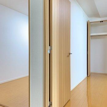 【廊下】扉を開けて、隣のさいごの洋室へ。