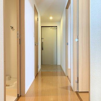 廊下を通って、サニタリールームへ行きましょう〜!