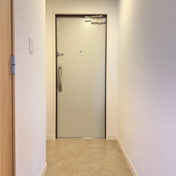 玄関は広々。靴箱は角を曲がった先にあるんです..!