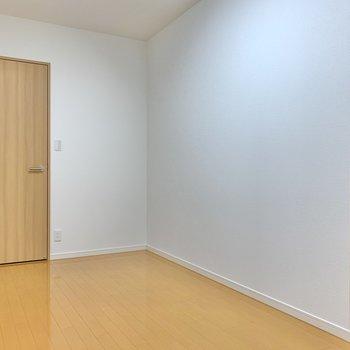 【洋室6.7帖】壁側から。窓がないので、その分照明やインテリアを工夫したいところ!
