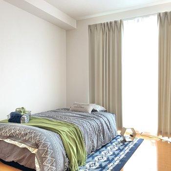 【洋室6.6帖】ここが寝室だと太陽の光で目覚めることもできそうですね!