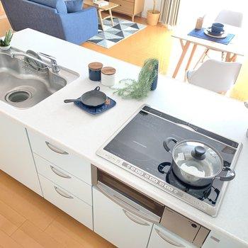 【LDK】キッチンは大きめ!シンクも広々!コンロはIHの3口!お掃除も楽チンそう!