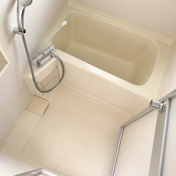 浴室はシンプル。湯船は深めでしたよ〜!