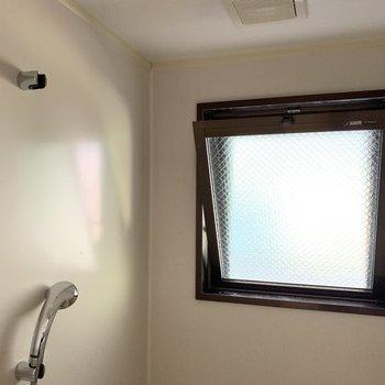 こちらも窓付き。お風呂のカビ対策ができるのがありがたい。