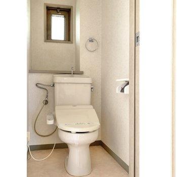 トイレはシンプル。小窓があるので換気できます◯