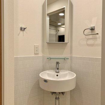 洗面台鏡後ろには収納が付いています