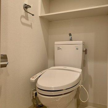 棚には予備のトイレットペーパーが収納できます