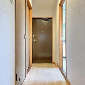 では廊下を渡り、サニタリールームへいきましょう〜!