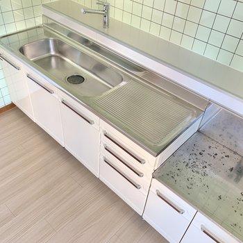 【DK】キッチンは広々!シンクもお料理スペースも大きめ!料理時の味方ですね◎
